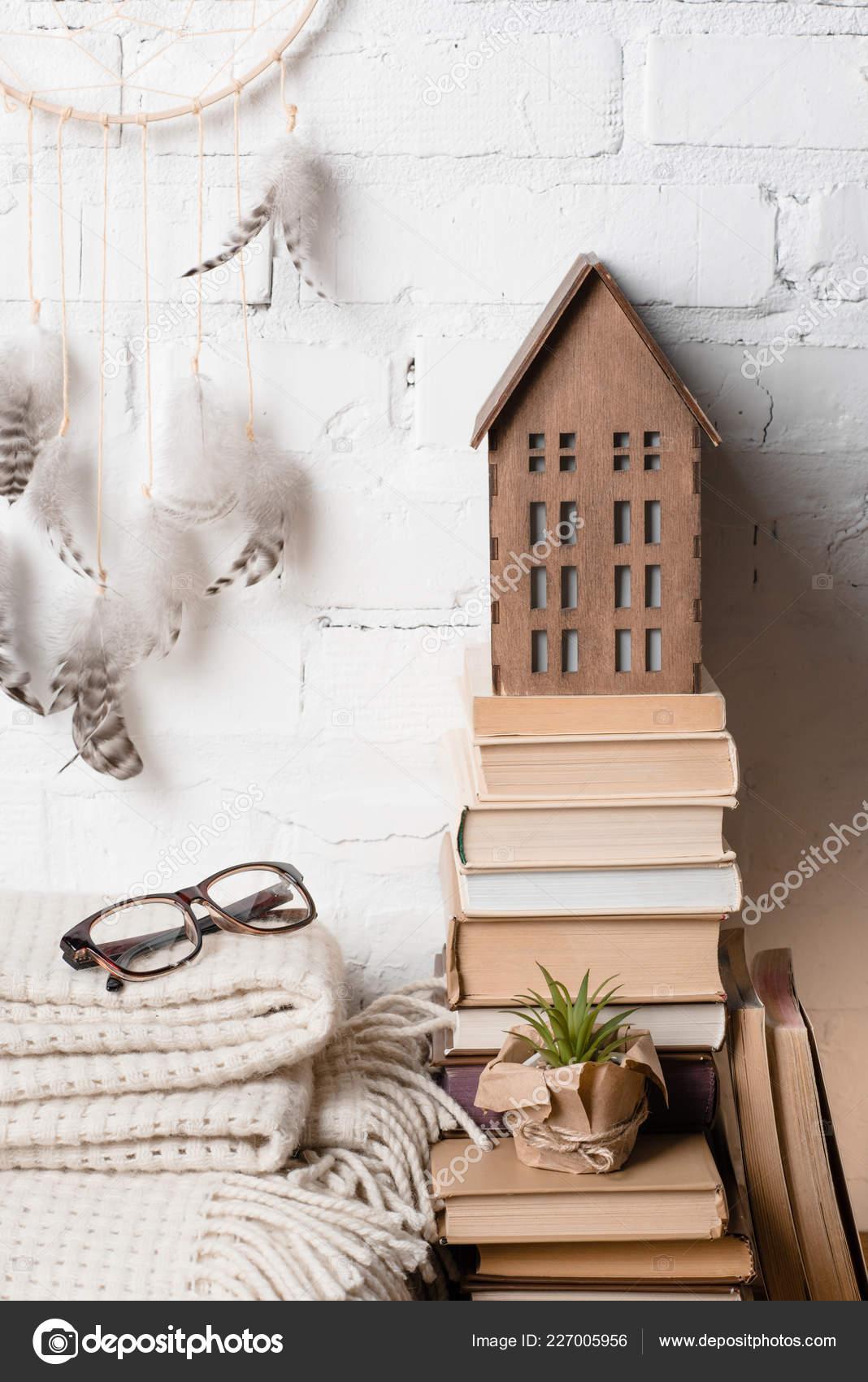 16c31e16b6 Βιβλία Όνειρο Catcher Γυαλιά Και Διακοσμητικό Ξύλινο Σπίτι Κοντά Λευκό–  εικόνα αρχείου