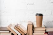könyvek hardcovers és a kávé is menni közel fehér téglafal