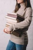 lövés a fiatal nő gazdaság halom könyvet vágott