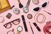 Fényképek Felülnézete órák, rúzs, fülbevaló, szemüveg, napszemüveg, táska, szemhéjfesték, blush, öv, kozmetikai ecsetek, karkötők és szempillaspirál