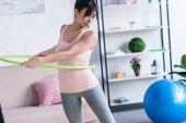 přizpůsobit mladá žena s hula hoop doma