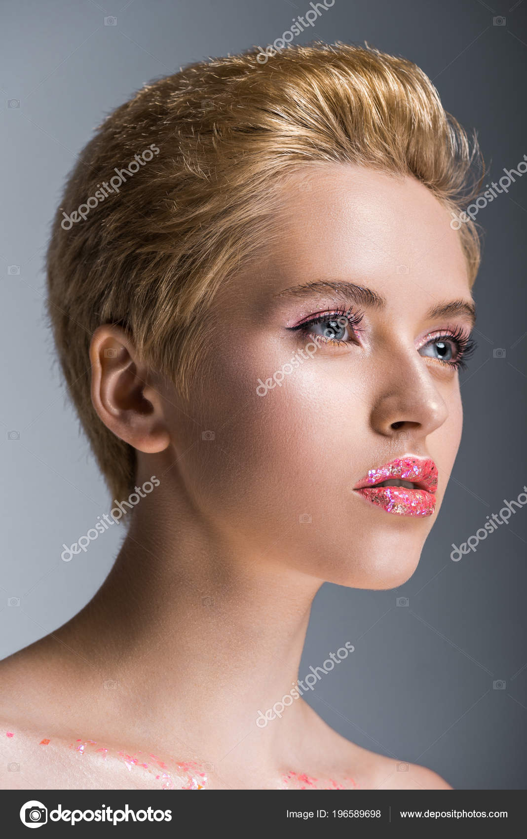 Zeer Aantrekkelijke Vrouw Met Kort Haar Make Zoek Weg Geïsoleerd Grijs #WH32