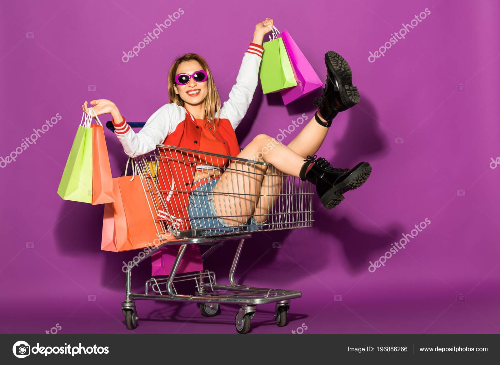 1d21404fb1 Όμορφη Νεαρή Γυναίκα Γυαλιά Ηλίου Κρατώντας Τσάντες Για Ψώνια Και — Φωτογραφία  Αρχείου