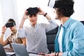 Fotografie multikulturelle Geschäftsleute mit virtual-Reality-Headsets im modernen Büro