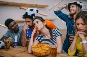naštvaná skupina mnohonárodnostní přátel v fotbalový míč klobouky sledovat fotbalový zápas na baru