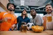 Fényképek koncentrált multikulturális csoport férfi szurkolók sör néz foci, mérkőzés bár