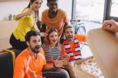 Fényképek vágott lövés a személyi pizza és izgatott baráti multikulturális otthon