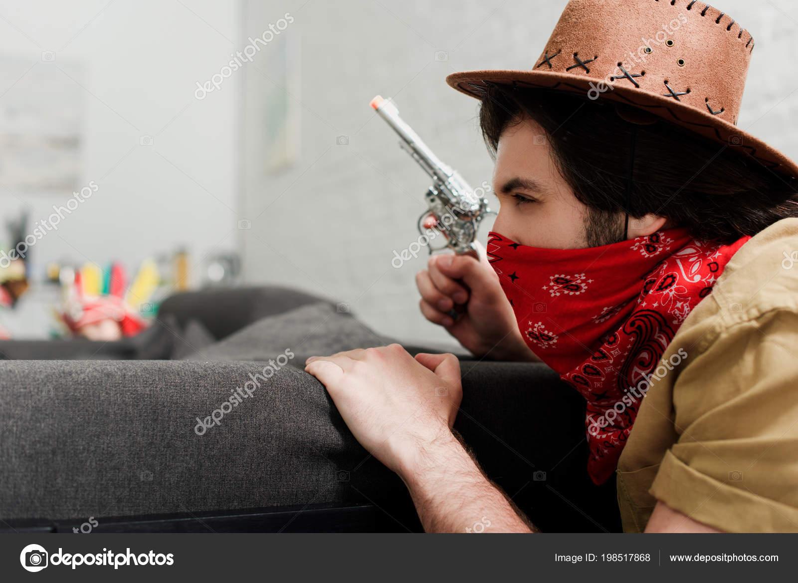 Vista Laterale Dell Uomo Bandana Rossa Cappello Cowboy Con Pistola — Foto  Stock 595a50a6edef