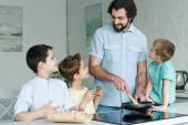 Fotografie Familie Koch Eier zum Frühstück zusammen in der Küche zu Hause