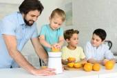 Fotografie Familie, frischen gepresster Orangensaft zusammen in der Küche zu Hause