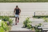 Fotografie erhöhten Blick auf junge Sportler trainieren auf Treppe auf Sport-Spielplatz
