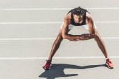 mladí mužské kondiční cvičení na Běžecká stopa na sportovní hřiště