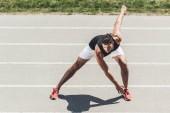 giovane sportivo che si esercita sulla pista di atletica al campo da giuoco di sport