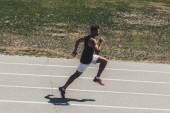 Fotografie pohled z vysokého úhlu sportovce na atletické dráze otáčkách sportovní hřiště