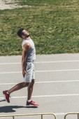 giovane sportivo sofferenza ricevere infortunio alla gamba sulla pista corrente