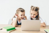 izgatott kis iskolás tanul, elszigetelt fehér laptop használ