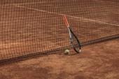 tenisový míček a randál opírali se o síť