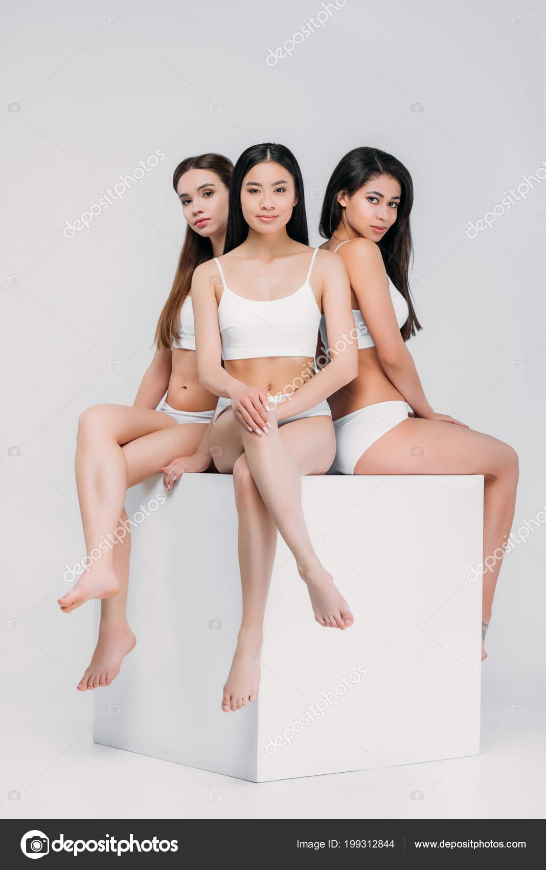 796ae3e0ac99 Multiétnicas Chicas Ropa Interior Sentada Cubo Blanco Aislado Gris ...