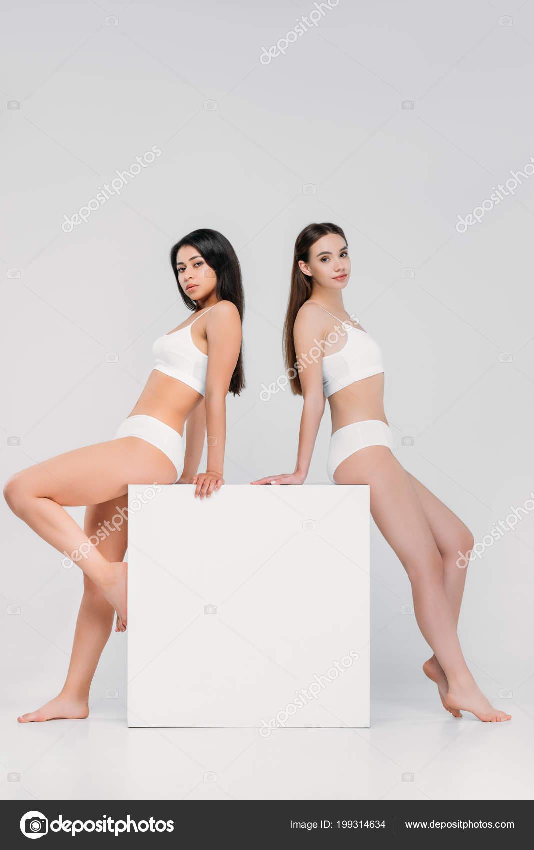 a5ca9ee964f4 Chicas Morenas Multiculturales Ropa Interior Posando Cubo Blanco ...