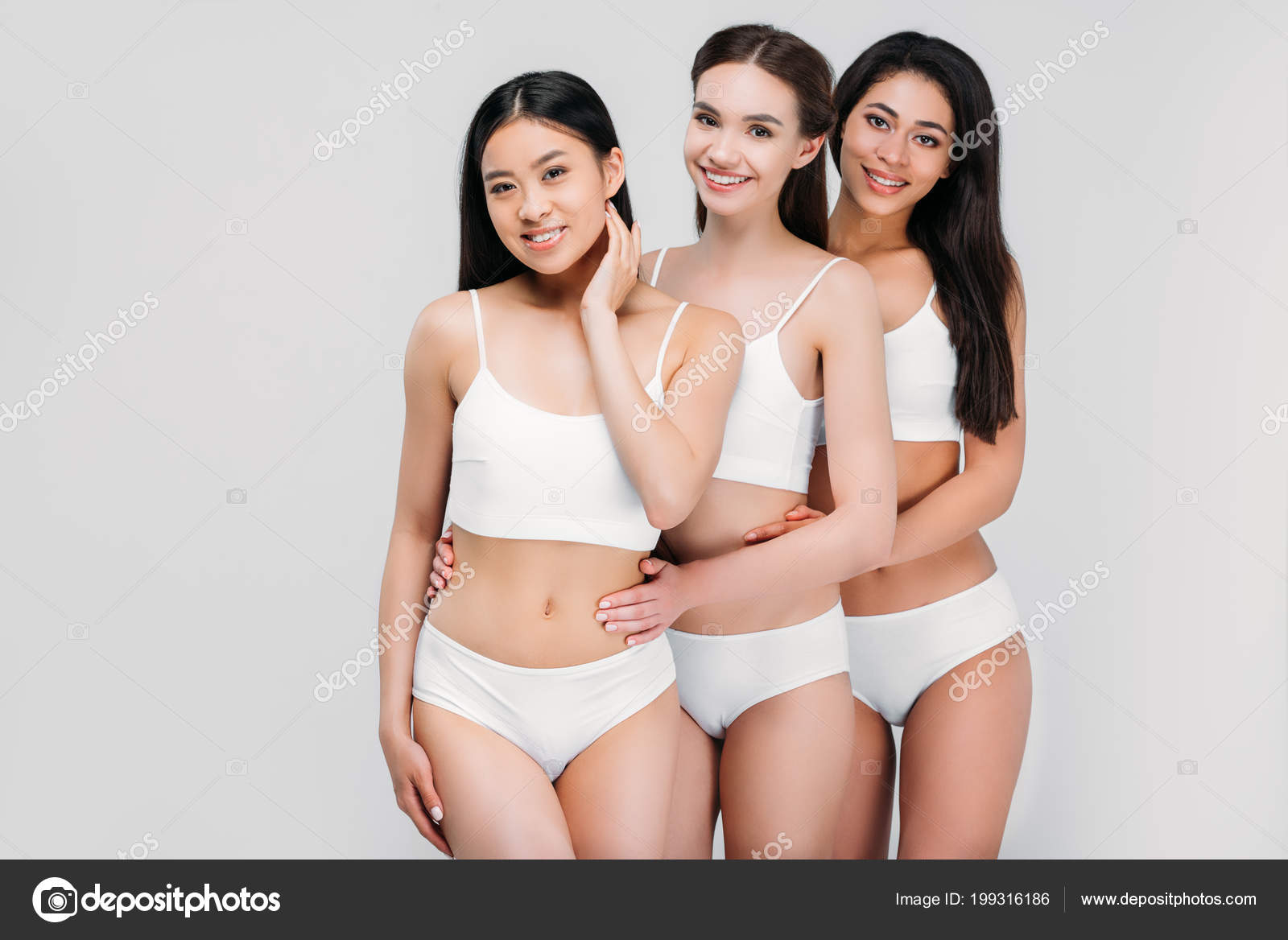 5b48194edb3c Sonriendo Multiétnicas Chicas Abrazándose Posando Ropa Interior ...