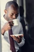 Fotografie hübscher junger Geschäftsmann genießen leckere Tasse Kaffee