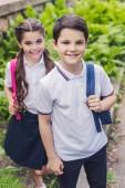 šťastné děti s batohy na fotoaparát v parku