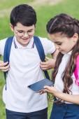 Fotografie Happy školáci venku společně pomocí smartphonu