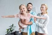 Fényképek boldog család, egy gyermek szórakozás együtt otthon