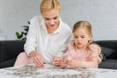 Fotografie Krásná matka a dcera hraje s skládačka doma