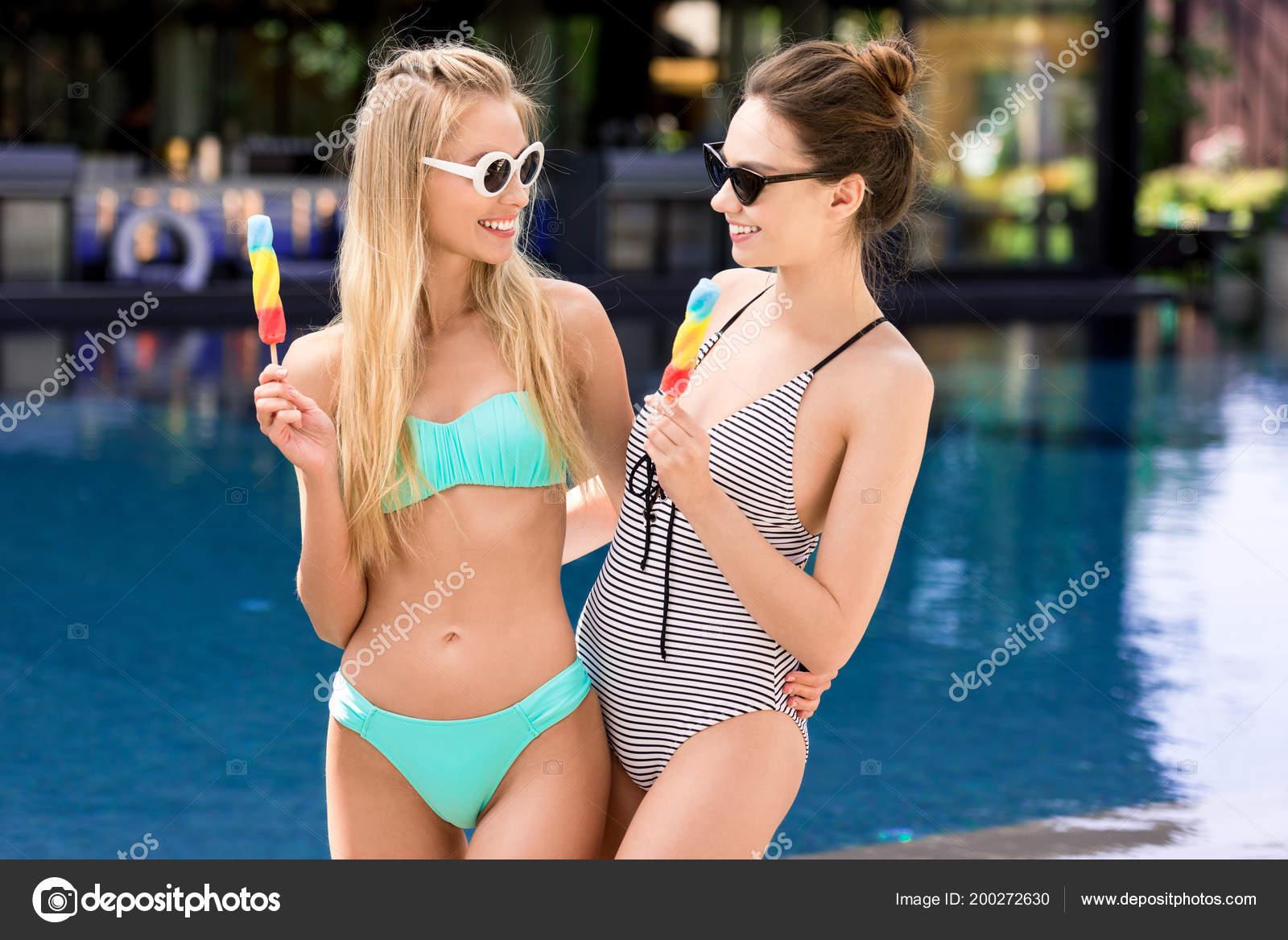 Badpak Bikini.Gelukkig Jonge Vrouwen Badpak Bikini Met Ijslollys Bij Zwembad
