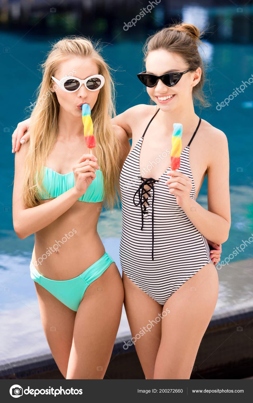 Badpak Bikini.Mooie Jonge Vrouwen Badpak Bikini Ijslolly Eten Bij Zwembad Omarmen