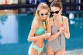 Fényképek szép fiatal nők, popsicles medence bikini és fürdőruha