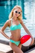 vonzó fiatal nő, strand labda medence