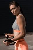 Fotografie schöne junge Sportlerin training mit stretching band