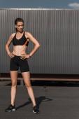 sportovní dívka pózuje s fitness tracker v sportswear
