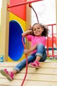 lächelnd afrikanisch-amerikanisches Kind hat Spaß auf Spielplatz