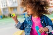 göndör afro-amerikai kis gyerek játszik a szappanbuborékok