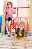 szelektív összpontosít a kis testvérpár érzik magukat a játszótéren