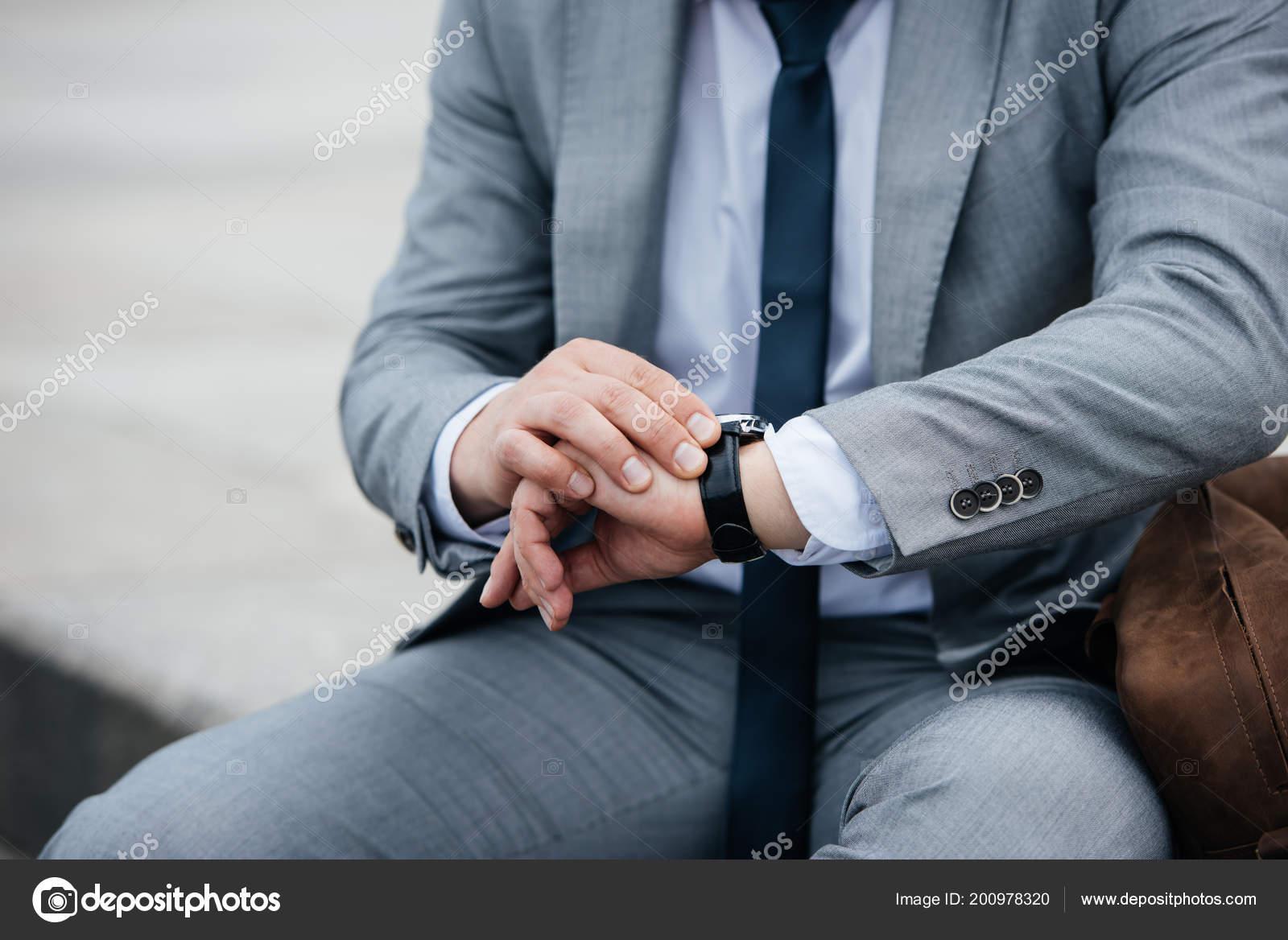 Vista Recortada Hombre Negocios Traje Gris Mirando Reloj Pulsera — Foto de  Stock 1bd8262444e5