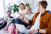 multikulturní kolegové se o spuštění projektu v sadě office