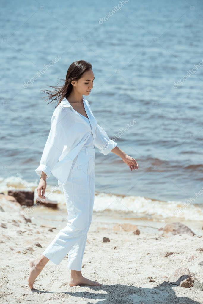 Фотообои высокий угол зрения красивая азиатская женщина, стоя на пляже на море