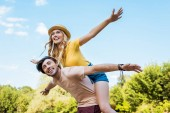 Photo low angle view of happy couple piggybacking in park