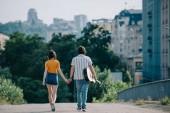 Fényképek Nézet hátulról, a gyaloglás és a gazdaság boldog utcai zenészek kezek városban