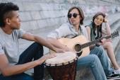 Fotografie Mnohonárodnostní mladých lidí provádí hudební koncert na ulici