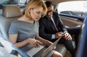 Fotografie businessman assistant working in car with laptop