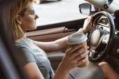 boční pohled atraktivní podnikatelka vozem a kávu v pohárek