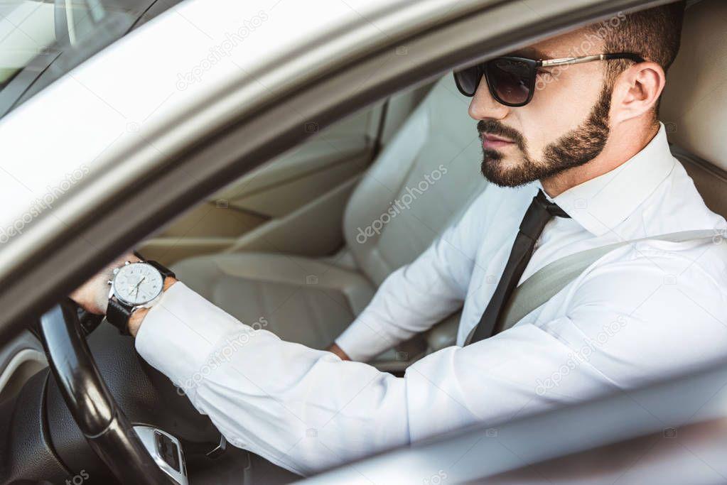 фото мужчина боком за рулем в очках снимки здесь