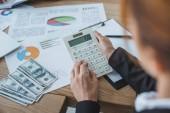 oříznutý obraz finančník pomocí kalkulačky v práci v kanceláři