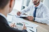 Oříznout obrázek finančníci pracující u stolu v kanceláři