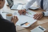 Oříznout obrázek mužských a ženských finančníků, práci s dokumenty v kanceláři